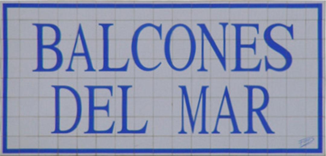 Letrero cerámico grande para comunidad escrito en dos renglones con letras y recuadro azul. El tamaño acabado es de 225 por 120 cm de alto.
