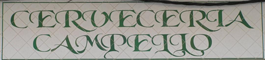 Letrero cerámico para fachada de cervecería rotulado con una tipografía muy singular en color verde sobre azulejos situados en forma de rombo.