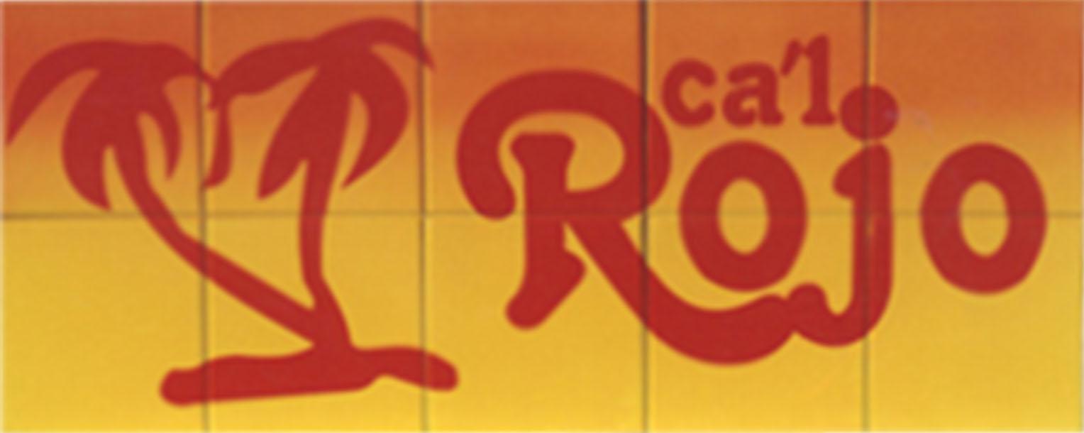 Letrero en cerámica para chalet de 75 por 30 cm de alto con fondo en la parte superior naranja que se difumina hacia abajo para ser amarillo en la mitad baja. Incorpora la silueta de unas palmeras de color rojo al igual que el nombre del mismo.