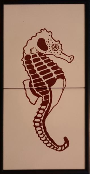 Señal cerámica indicadora aseo caballeros que representa un caballito de mar en color marrón sobre fondo blanco.