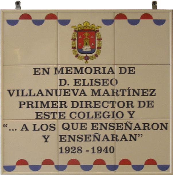 Placa cerámica alusiva al Colegio Campoamor, donde lleva una decoración de onda bicolor en la parte superior e inferior y el texto hace alusión aun profesor que enseño en dicho centro.