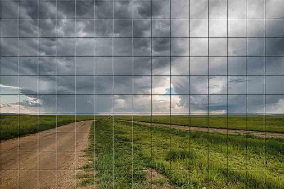 Mural cerámico de gran formato hecho sobre azulejos que muestran un campo verde y en el que se se ve un camino sobre un cielo nublado y medio tormentoso