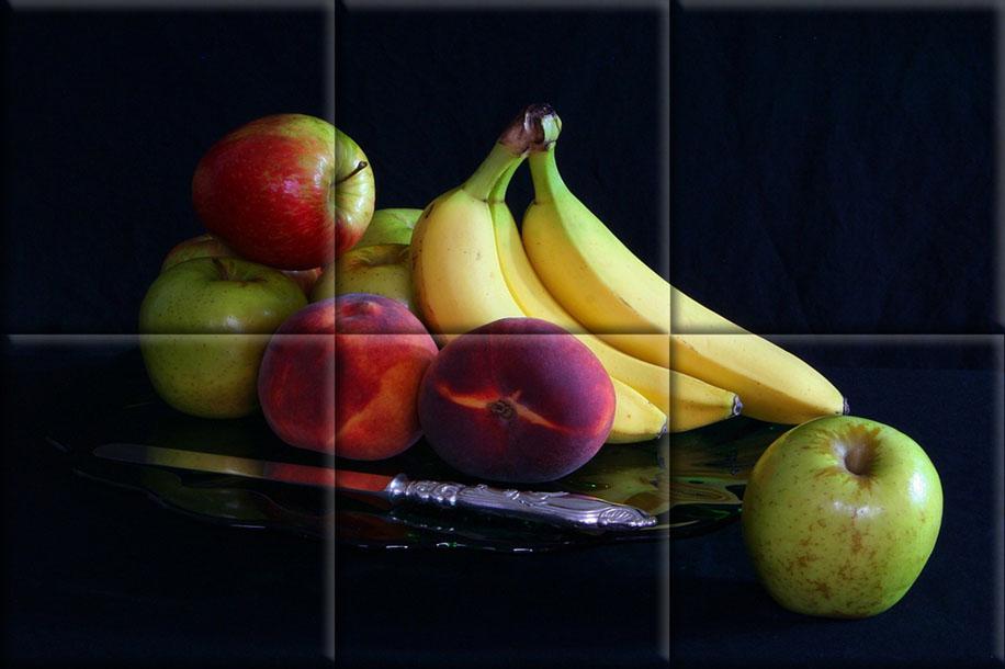 Mural cerámico pequeño bodegón dode destacan los plátanos sobre otras frutas, en un fondo negro.