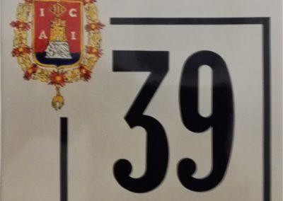 Número en cerámica con escudo y recuadro
