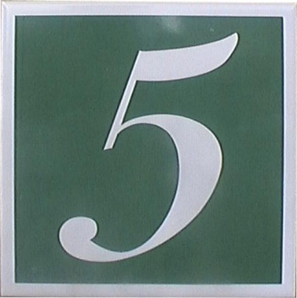 Número en cerámica con fondo de color, es como si el número estuviese en negativo.