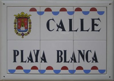 Rótulo de calle en cerámica con ondas bicolor