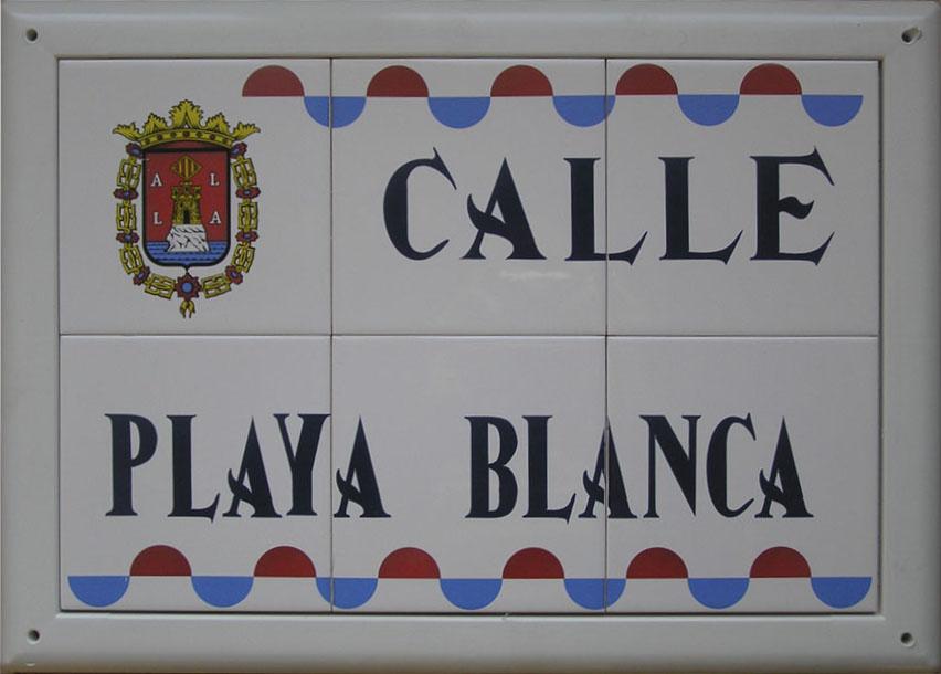 Rótulo de calle en cerámica con ondas bicolor (rojo y azul) en la parte superior e inferior