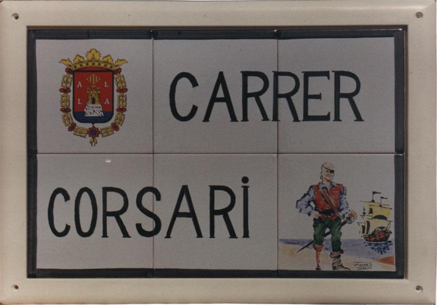Rótulo de calle en cerámica modelo Tabarca que además del escudo incluye una alegoría con alusión al nombre de la calle