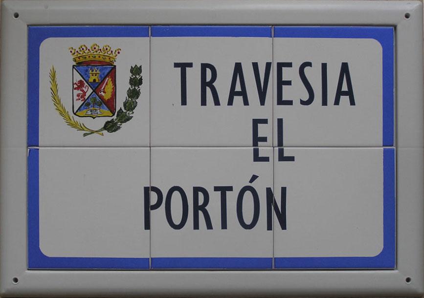 Rótulo de calle sencillo en cerámica, donde incorpora un recuadro en color azul claro