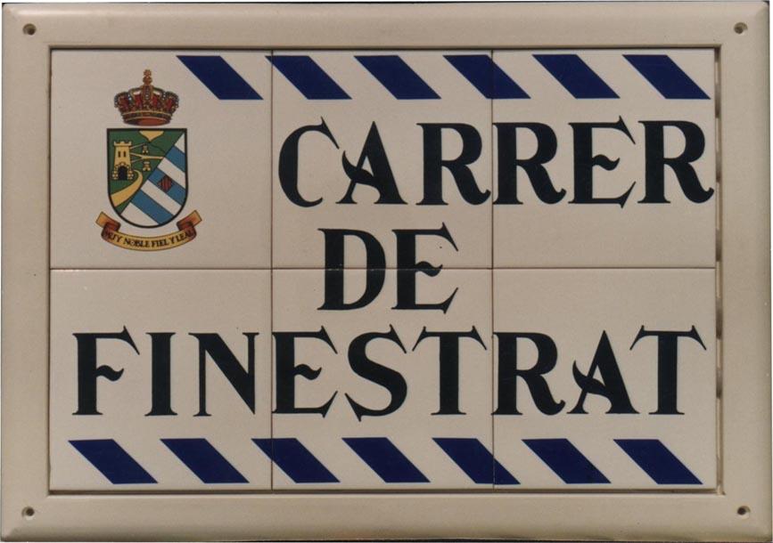 Rótulo de calle cerámica modelo romboide donde incorpora además del escudo y la denominación unos romboides azules en su partes superior e inferior a modo de decoración
