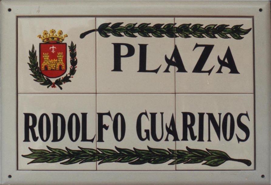 Rótulo de calle en cerámica modelo laureles, el rotulo incorpora el escudo de la localidad y unos laureles en su parte superior e inferior