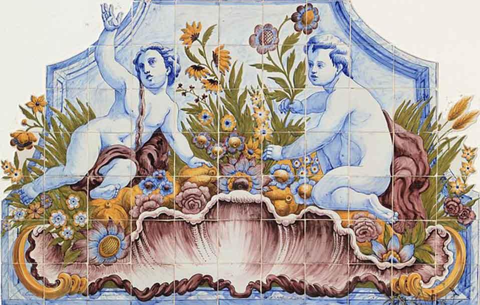 Reproducción en cerámica mural de una pintura de una escena de dos niños en color azul sobre unas flores de colores con un aspecto antiguo.