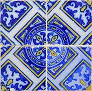 Reproducción de un azulejo antiguo en cerámica (motivo 2). Es la vista de cuatro azulejos realizados en cerámica, con el mismo motivo y que al unirlos los cuatro azulejos dan forma a un nuevo dibujo..