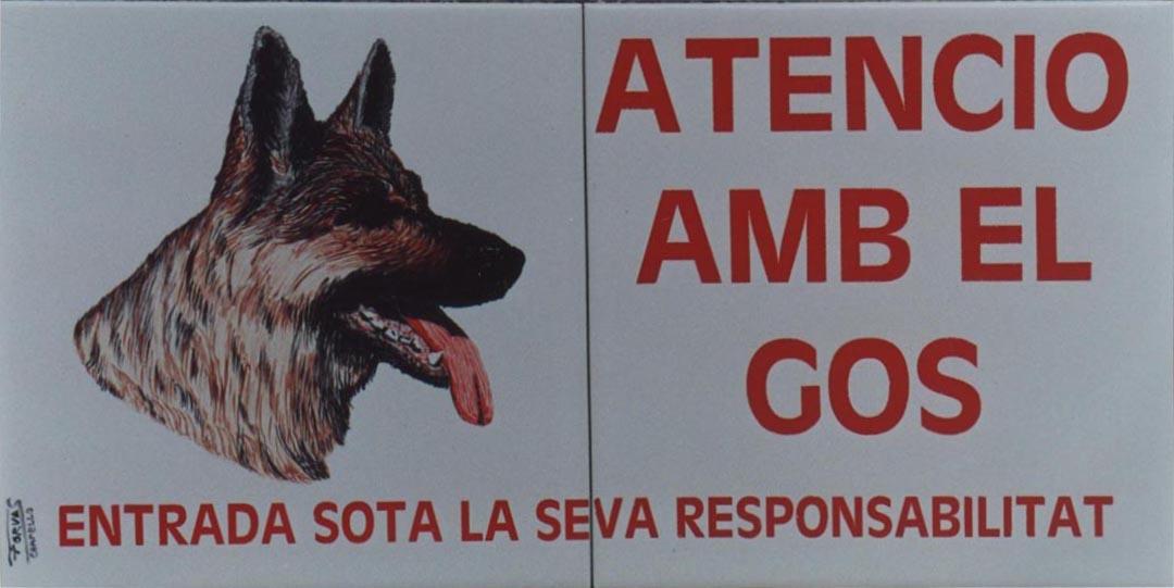 Señal en cerámica de Atención al perro, con la imagen de la cabeza del perro y con el texto correspondiente, realizada sobre dos azulejos, con un acabado de 40 por 20 cm. de alto