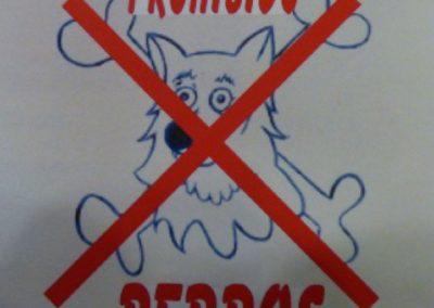 Señal sobre azulejo prohibido perros