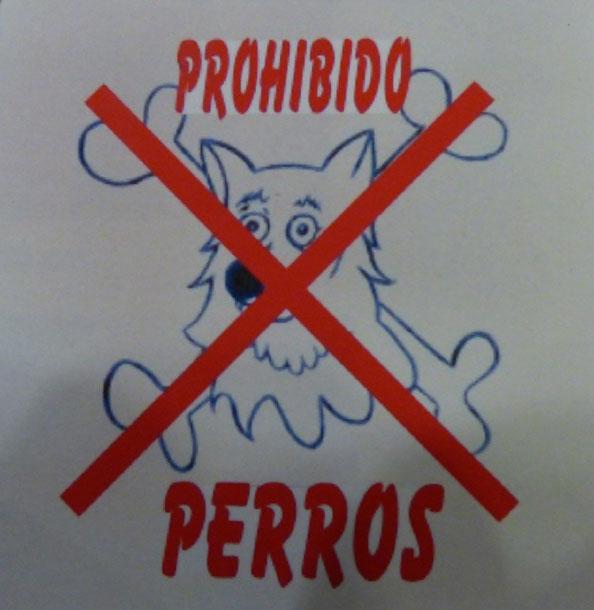 Señal sobre azulejo que con una silueta divertida de un perro en color azul y sobre ella aparece una equis en colo rojo a modo de indicador prohibido perros.
