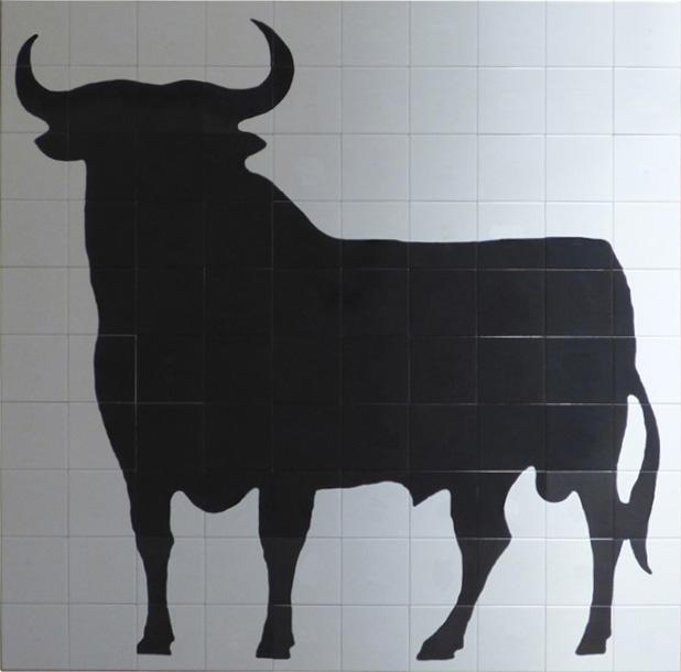 Mural en cerámica toro de Osborne que tanto se ve por las carreteras españolas, realizado en 150 por 150 cm. sobre azulejos de color blanco.
