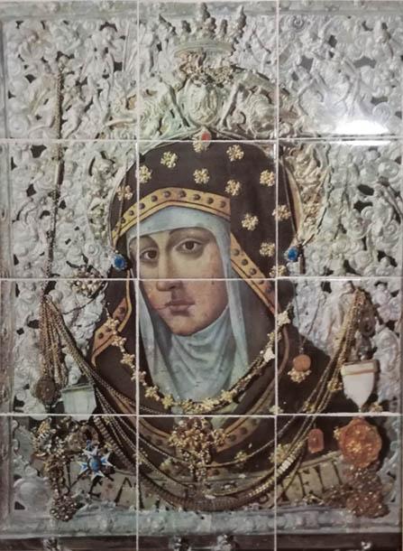 Mural cerámico de la Virgen de Loreto, realizado en 45 cm de ancho por 60 cm de alto.
