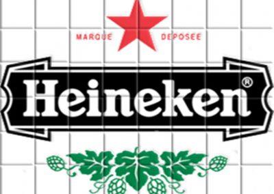 Reproducción en azulejos de cerámica de una marca de cerveza