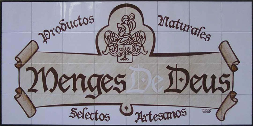 letrero de azulejos de 15x15 cm hasta alcanzar un tamaño de 120x60 cm y en el que se ve el texto menges de deus en letra gótica sobre una especie de pergamino y alrededor de este aparece el texto en su parte superior productos naturales y en la inferior selectos artesanos