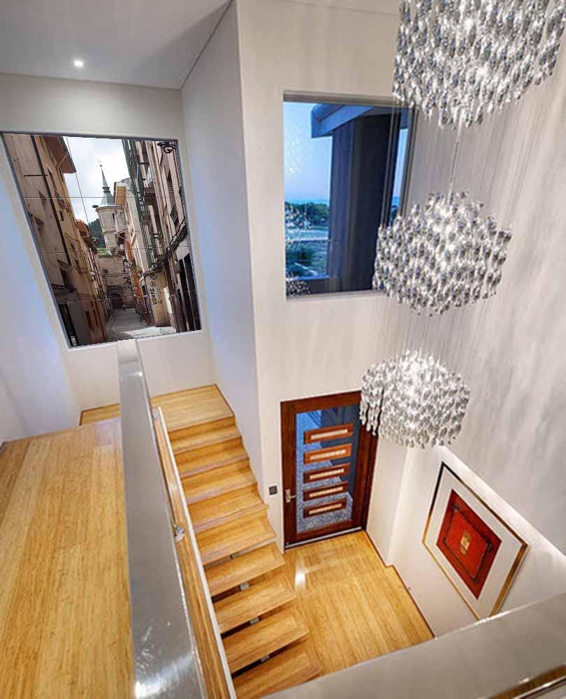 Mural en cerámica de una callejuela colocado en el rellano de una escalera donde da la sensación de una ventana tras la cual se observa esta vista